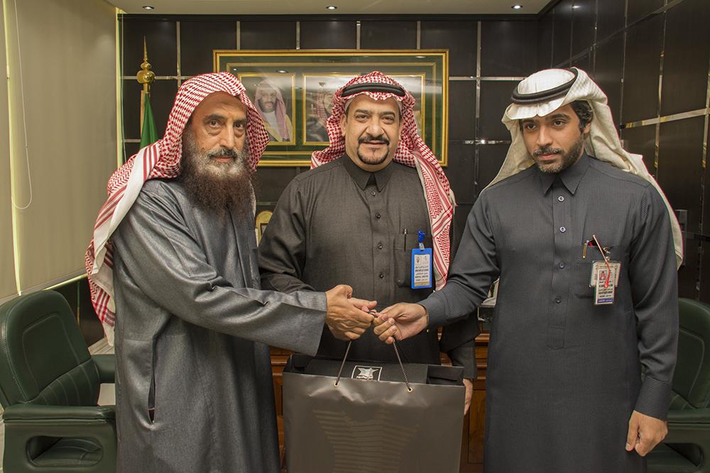 """المواطن """"الحمدي"""" يشكر ويكرم طبيب الجلدية د. سامي العساف"""