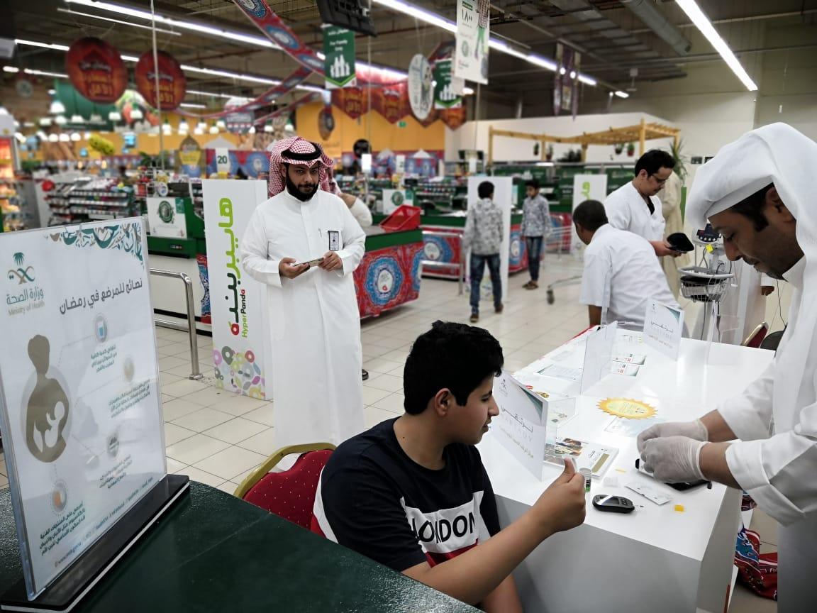 مركز صحي خضيراء يفعل حملة #صم_بصحة في أسواق بندة