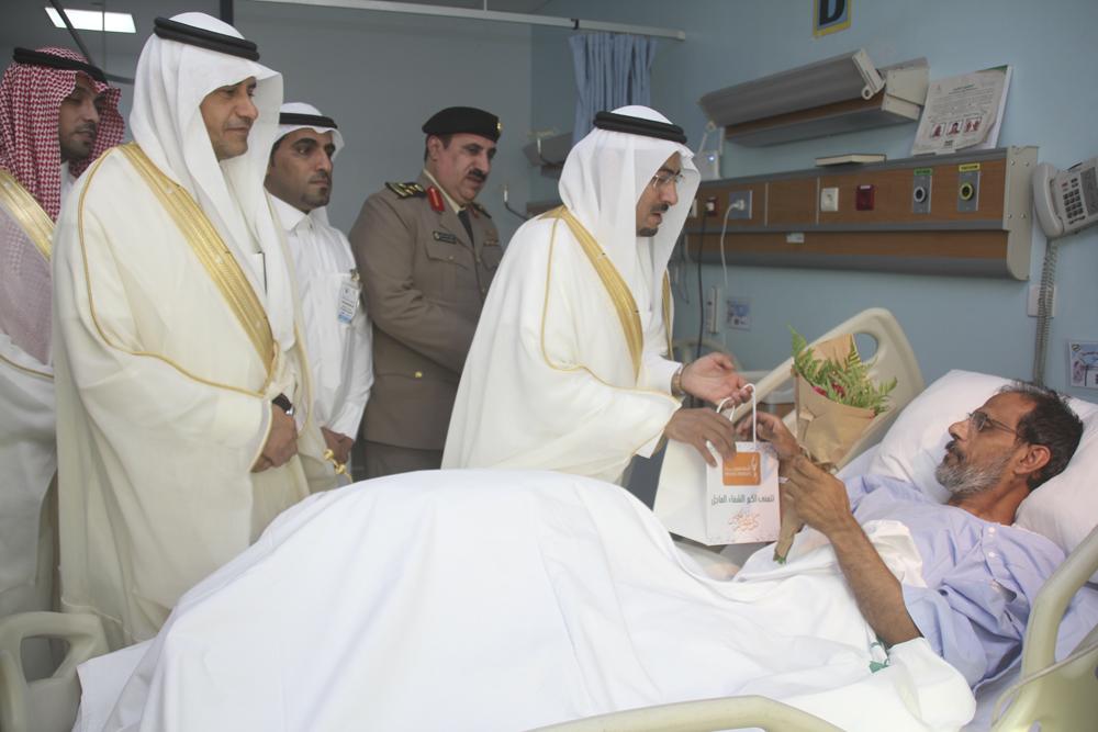 وكيل إمارة القصيم يعايد المرضى المنومين في مستشفى بريدة المركزي