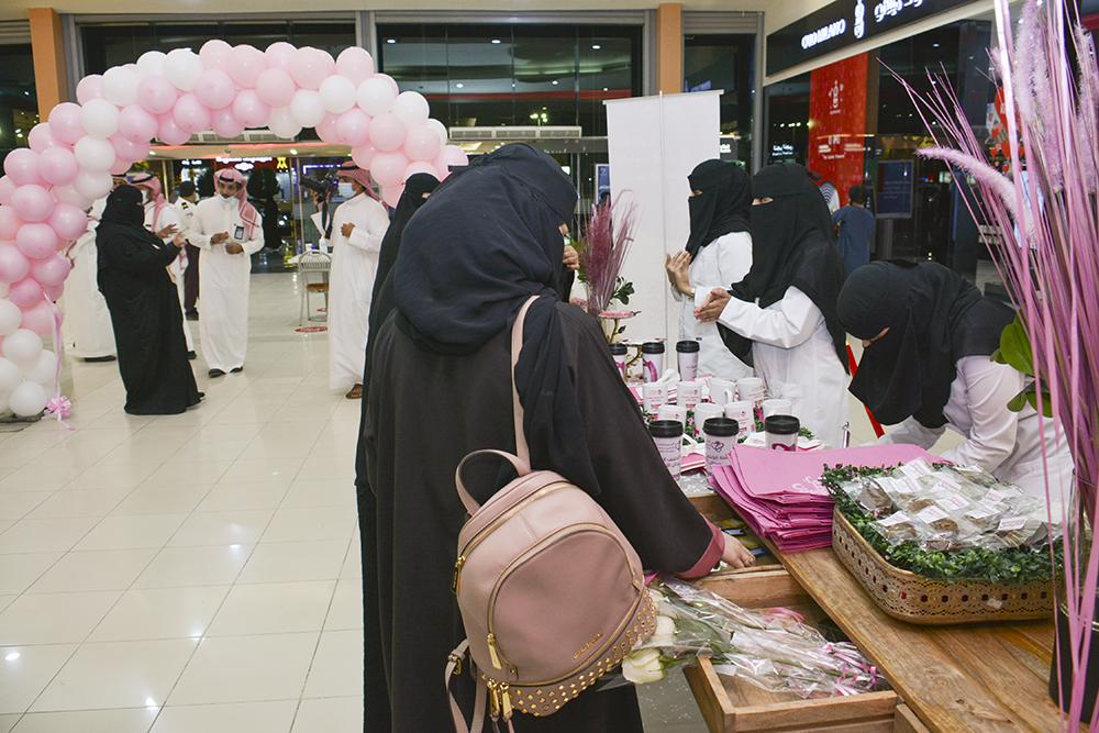 مستشفى بريدة المركزي يشارك في حملة سرطان الثدي بمعرضاً توعوياً بالنخيل مول