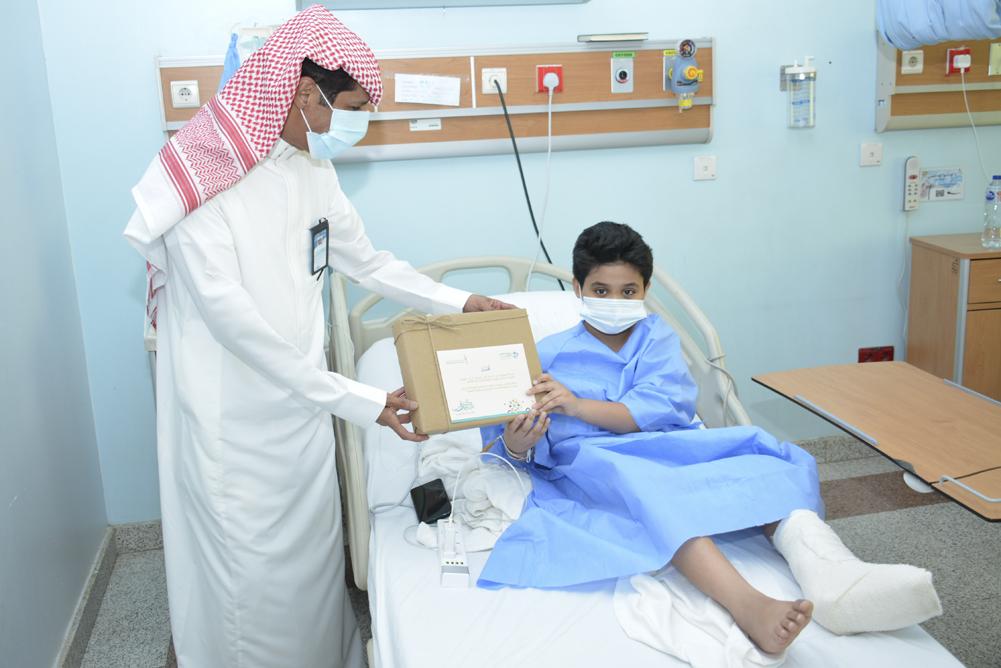 مدير مستشفى بريدة المركزي يعايد المرضى المنومين